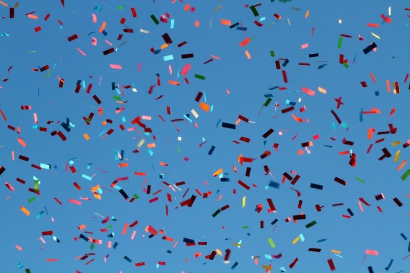 Fire former for konfettirør, der kan være med til at sætte stemningen